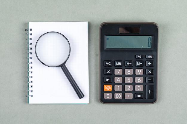Czasu Zarządzanie I Badania Pojęcie Z Notatnikiem, Magnifier, Kalkulator Na Szarego Tła Odgórnym Widoku. Obraz Poziomy Darmowe Zdjęcia