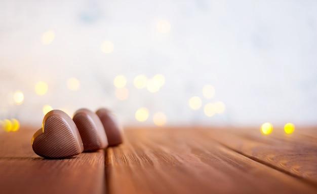 Czekolada Z Sercem Na Walentynki I Bokeh. Premium Zdjęcia