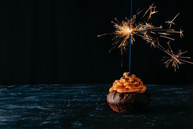 Czekoladowa Babeczka Ze śmietaną I Płonącym Brylantem Premium Zdjęcia