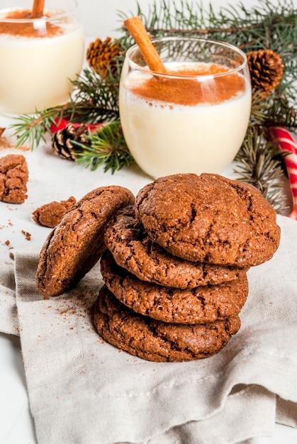 Czekoladowe Ciasteczka Crinkle Na Boże Narodzenie, Z Ajerkoniakiem, Trzciną Cukrową, Choinką I Dekoracją świąteczną, Na Białym Tle, Premium Zdjęcia
