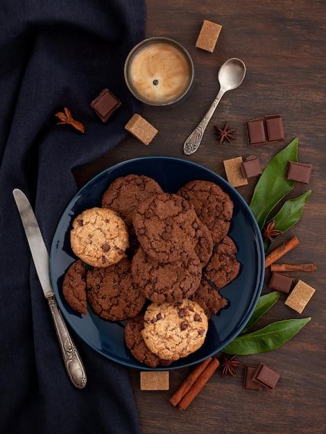 Czekoladowe ciasteczka i kawa Premium Zdjęcia