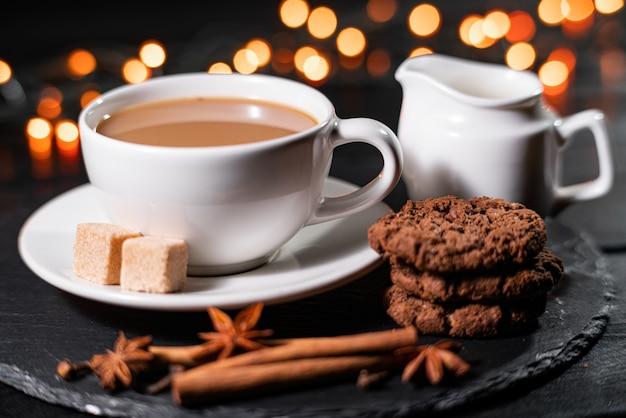 Czekoladowe Ciasteczka, Kawa, Przyprawy Na Niewyraźne Lampki świąteczne. Premium Zdjęcia