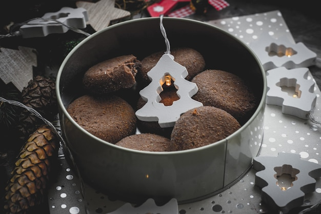 Czekoladowe Ciasteczka Na Tle Bożego Narodzenia W Widoku Z Góry Dekoracje Na Nowy Rok Premium Zdjęcia