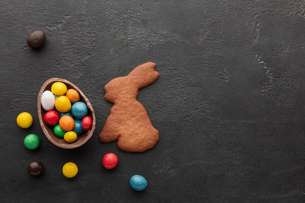 Czekoladowe Pisanki Wypełnione Kolorowymi Cukierkami I Ciasteczkami W Kształcie Króliczka Darmowe Zdjęcia