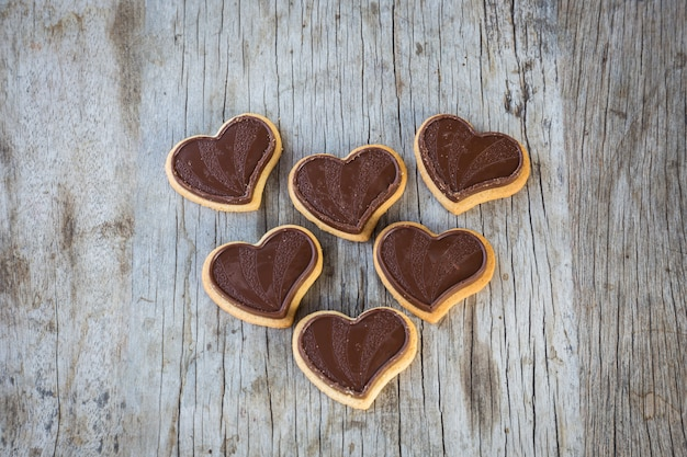 Czekoladowe Serce Na Drewnianym Stole Na Prezent W Miłości Walentynki. Premium Zdjęcia