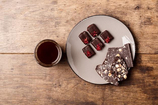 Czekoladowi Cukierki I Kawa Na Drewnie Darmowe Zdjęcia