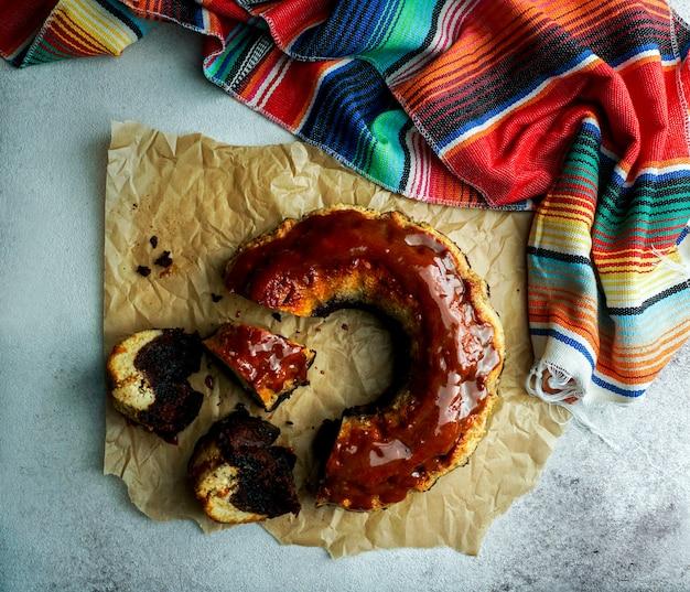 Czekoladowy Flan, Meksykański Chocoflan, Czekoladowe Ciasto Biszkoptowe I Karmelowy Budyń Z Sosem Karmelowym Na Wierzchu, Na Ciemnym Drewnianym Stole Premium Zdjęcia