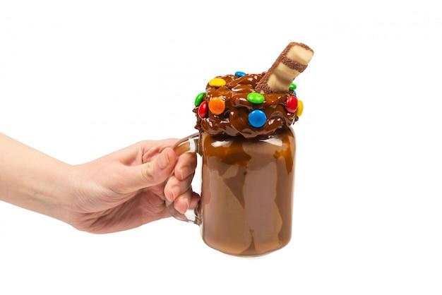 Czekoladowy Koktajl Mleczny Z Bitą śmietaną, Ciastkami, Goframi, Podawany W Szklanym Słoiku Z Masonem Premium Zdjęcia