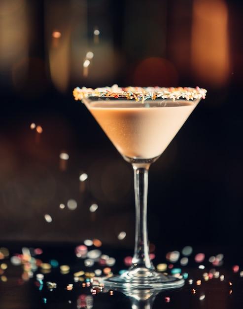 Czekoladowy Napój Martini W Szklance Martini Ozdobiony Posypką Darmowe Zdjęcia