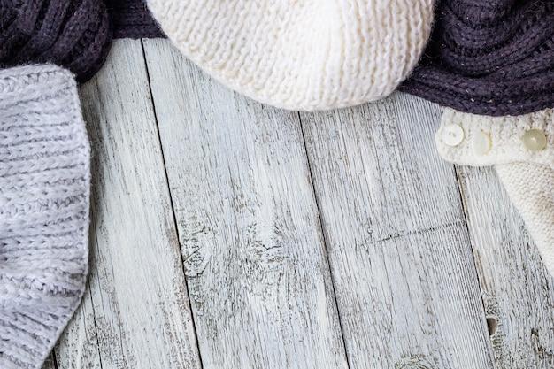 Czerep Dzianie Odziewa Na Białym Drewnianym Stole Premium Zdjęcia