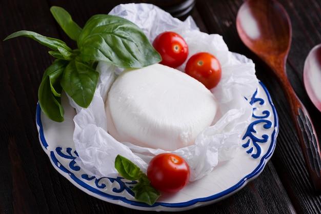 Czereśniowi pomidory i mozzarella na talerzu Darmowe Zdjęcia