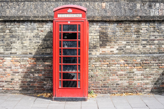 Czerwona Budka Telefoniczna, Kiosk Z Telefonem Publicznym To Znany Widok Na Ulicach Wielkiej Brytanii, Malty, Bermudów I Gibraltaru. Premium Zdjęcia