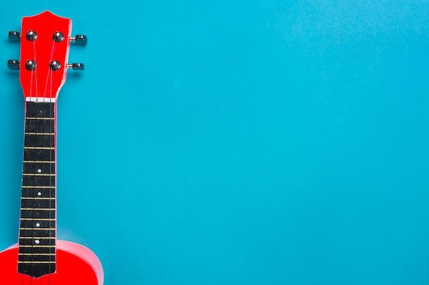 Czerwona Gitara Akustyczna Na Błękitnym Tle Darmowe Zdjęcia