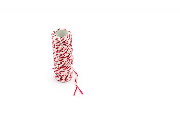 Czerwona I Biała Przędzy Rolka Odizolowywająca Na Białym Tle Premium Zdjęcia