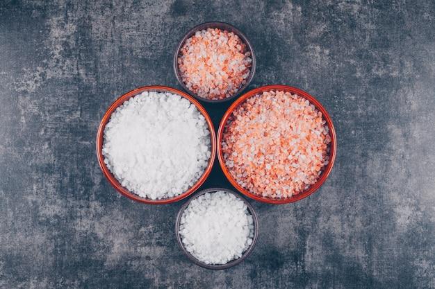 Czerwona I Biała Sól W Miskach Darmowe Zdjęcia