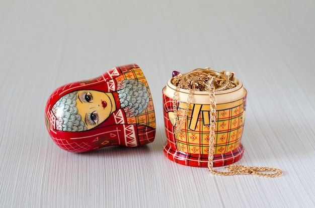Czerwona Matrioszka. Złota Biżuteria W Lalce Premium Zdjęcia