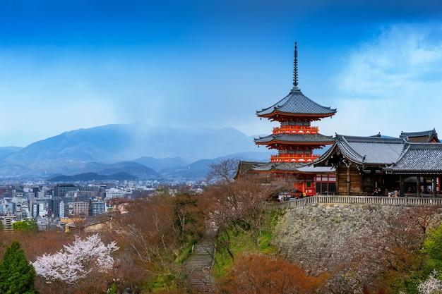 Czerwona Pagoda I Panoramę Miasta Kioto W Japonii. Darmowe Zdjęcia