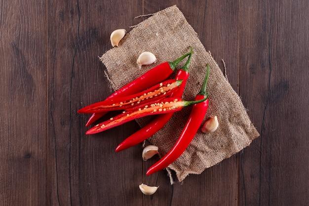 Czerwona Papryczka Chili Z Czosnkiem Widok Z Góry Na Worze Darmowe Zdjęcia