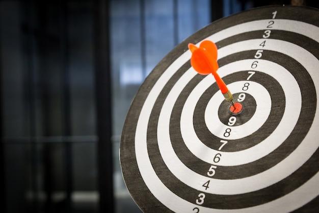 Czerwona strzałka strzałki uderzanie w centrum tarczy na tarczy na tarczy światłem słonecznym stylu vintage Premium Zdjęcia