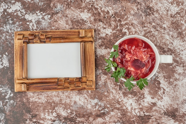 Czerwona Zupa Jarzynowa W Białej Filiżance Darmowe Zdjęcia