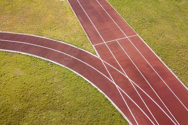 Czerwone bieżnie i zielony trawnik Premium Zdjęcia