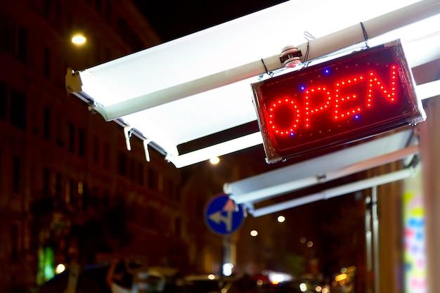 Czerwone Diody Led Otwarty Znak W Nocy Na Ulicy. Premium Zdjęcia