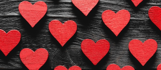 Czerwone Drewniane Serca Na Czarnym Tle Drewnianych. Premium Zdjęcia