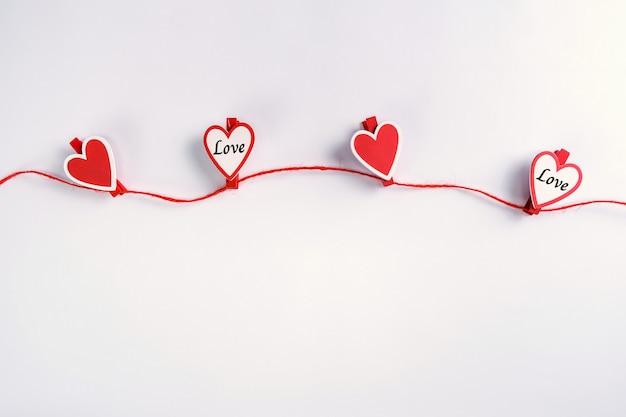 Czerwone I Białe Serca Wisi Na Liny. Koncepcja Walentynki. Premium Zdjęcia