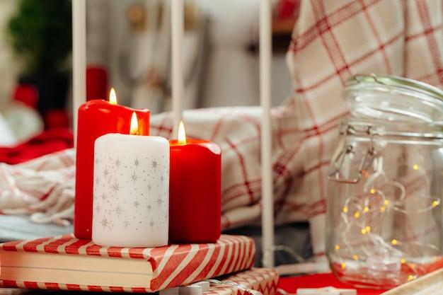 Czerwone i białe świece świąteczne dekoracje wnętrz Premium Zdjęcia