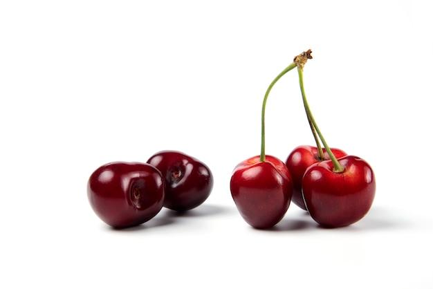 Czerwone I Czarne Wiśnie Na Białym Tle Darmowe Zdjęcia