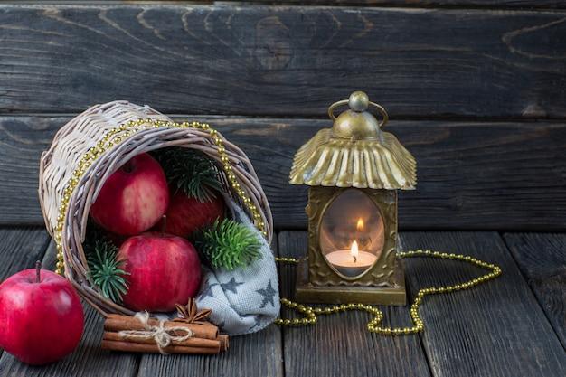 Czerwone Jabłka, Gałązki świerku, Cynamonu, Złote Koraliki I Stary świecznik Premium Zdjęcia