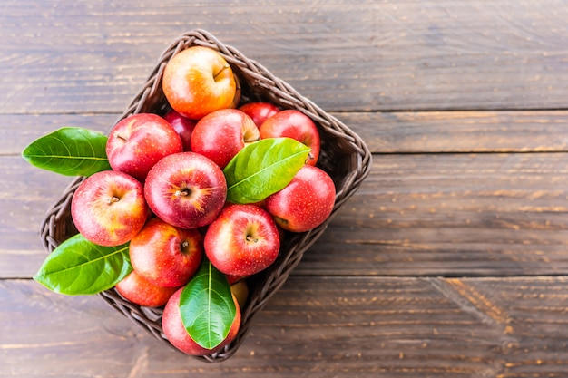 Czerwone Jabłko W Koszyku Darmowe Zdjęcia