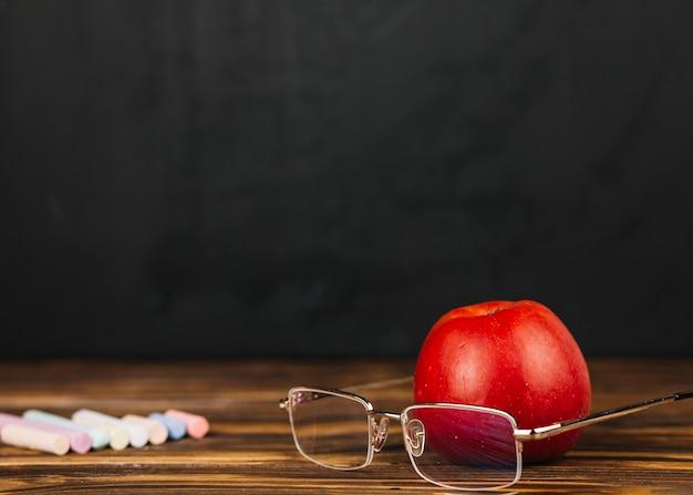 Czerwone jabłko w pobliżu okularów Darmowe Zdjęcia