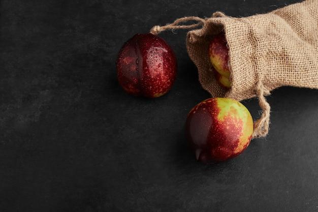 Czerwone Jabłko Z Kosza Na Czarnym Tle. Darmowe Zdjęcia
