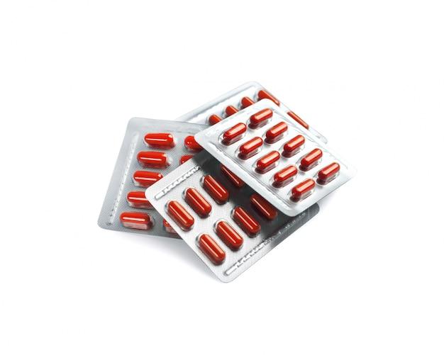 Czerwone Kapsułki Pigułki W Blistrach Na Białym Tle Premium Zdjęcia