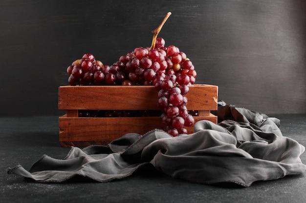 Czerwone Kiście Winogron W Drewnianej Tacy Na Czarnym Tle. Darmowe Zdjęcia