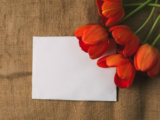 Czerwone kwiaty tulipany i miejsce na napis w centrum. międzynarodowy dzień kobiet Premium Zdjęcia