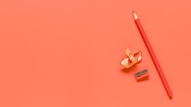 Czerwone materiały biurowe na kolorowej powierzchni Darmowe Zdjęcia