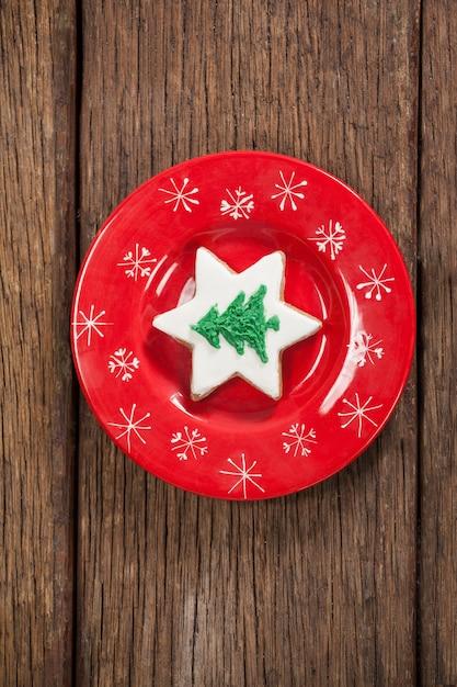 Czerwone naczynie z plików cookie w kształcie choinki Darmowe Zdjęcia