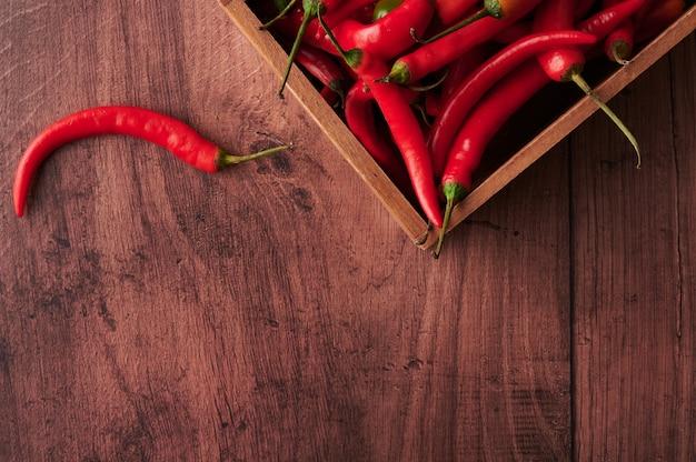 Czerwone Papryczki Chili W Pudełku Na Drewnianej Powierzchni Darmowe Zdjęcia