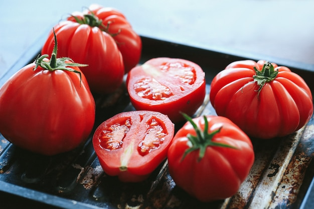 Czerwone Pomidory Na Grillu Na Czarnej Patelni Darmowe Zdjęcia