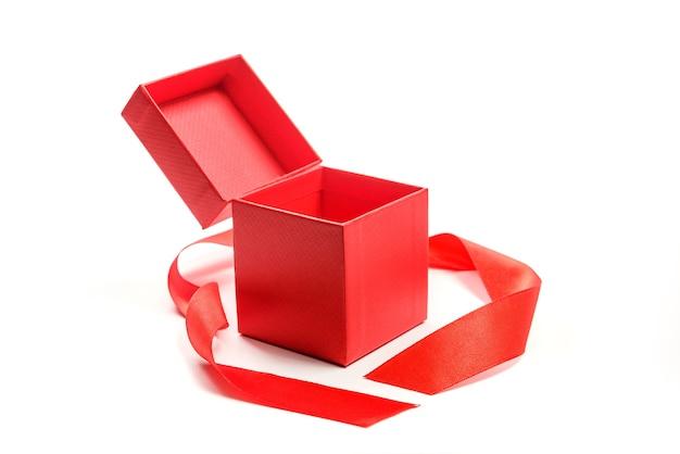 Czerwone Pudełko Z Czerwoną Wstążką Na Białym Tle. Otwarte Pudełko Ze Sklepu Jubilerskiego. Premium Zdjęcia
