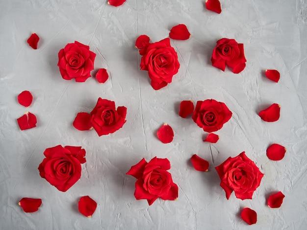 Czerwone Róże Kwiaty Na Szarym Tle Tekstury Premium Zdjęcia