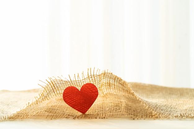 Czerwone Serce Z Workowym Materiałem Na Walentynki Premium Zdjęcia