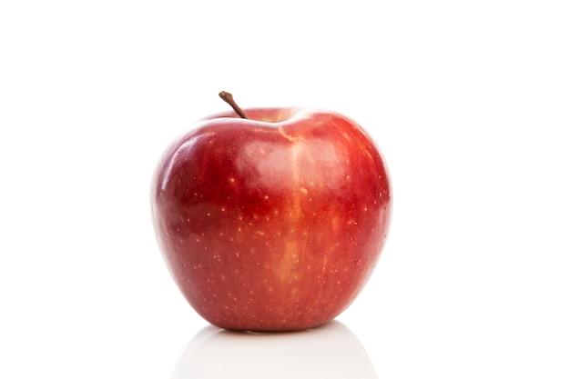 Czerwone Soczyste Jabłko. Zbliżenie. Zdrowe Odżywianie Na Białym Tle Premium Zdjęcia