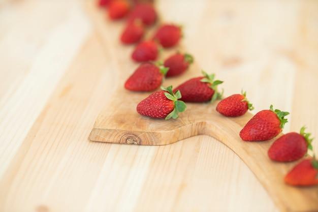 Czerwone świeże Truskawki Na Drewnianym Stole Premium Zdjęcia