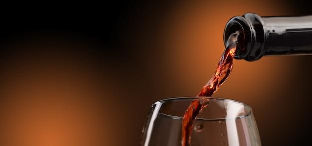 Czerwone Wino Wlewa Się Do Kieliszka Premium Zdjęcia