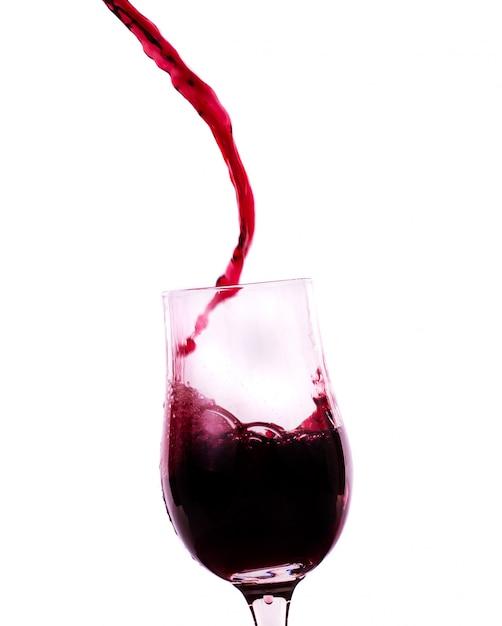 Czerwone wino wpływające do szkła Premium Zdjęcia