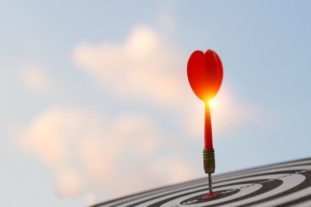Czerwonej Strzałki Celu Strzałkowaty Ciupnięcie Na Bullseye Z, Celu Marketing I Biznesowego Sukcesu Pojęciu ,. Premium Zdjęcia