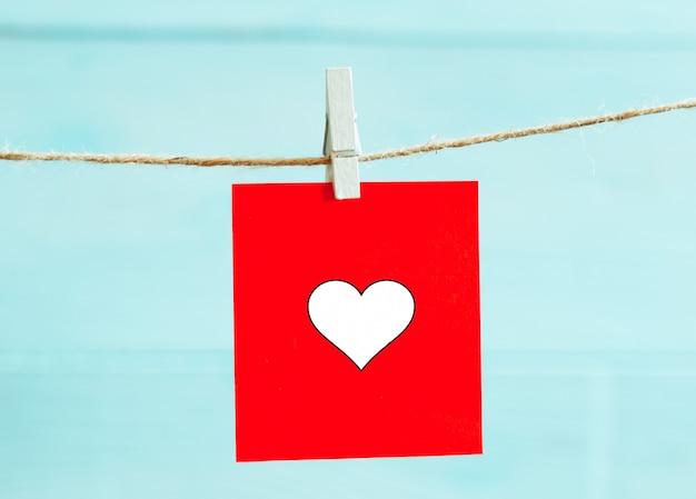 Czerwoni Serca Ustawiający Na Sznurku Nad Błękitnym Tłem. Koncepcja Walentynki. Miejsce Na Tekst Premium Zdjęcia